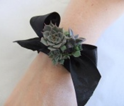 Decorate the wrist corsage