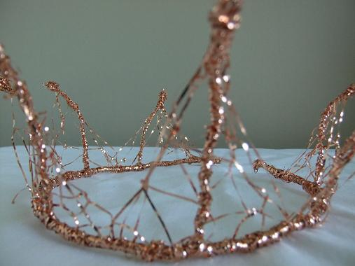 Weave the shape of the tiara with wire