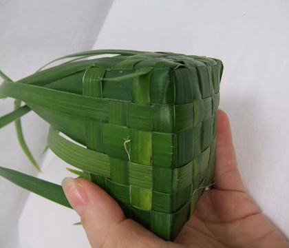 Weaving a gift box with a lid from palm leaves