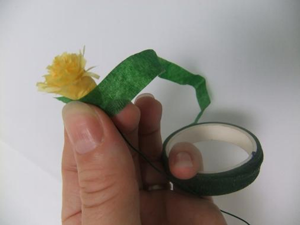 Tape the yellow yellow disc florets with florist tape
