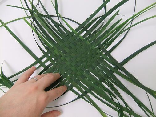 How To Weave A Basket From Banana Leaves : Tutorials foliage weaving