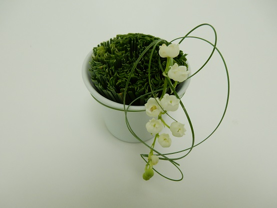 Tie the lily of the valle with grass
