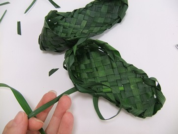 Knot the two leaves to finish it securely