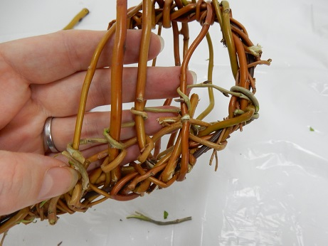 Wrap a new twig next to the first one to build up the basket