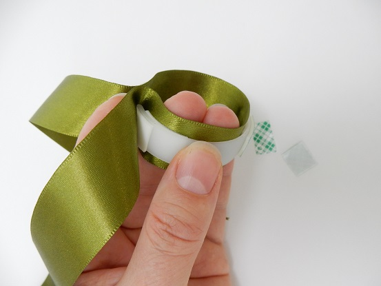 Move out gluing the ribbon to the loop around the open edges