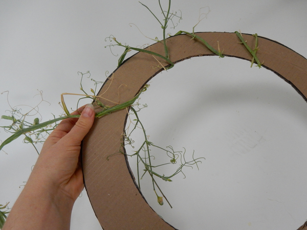 Wrap the stem around the cardboard closely following the shape.