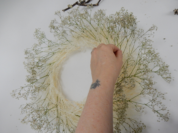 Start with the outline to create the size wreath you require