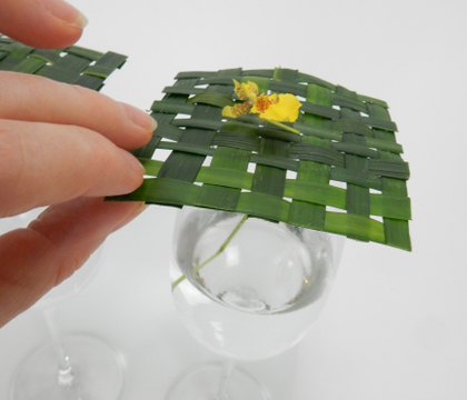 Weave a flat top to tip at an angle with flower stems