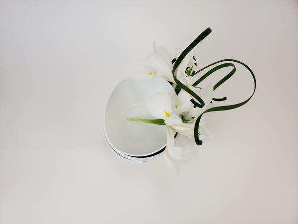 Minimal and contemporary floral arrangement.