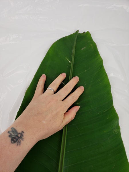 Place a large banana leaf on a flat working surface