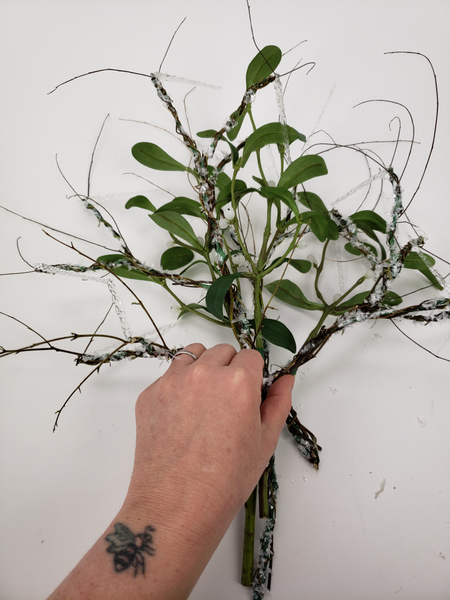 Build up the bunch by alternating between mistletoe and a wired branch