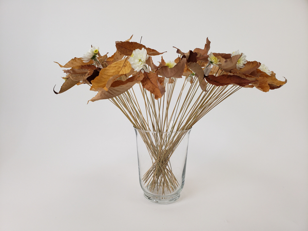 Minimal and sustainable flower arrangement for fall