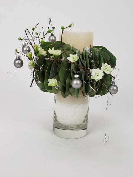 Soft minimal Christmas flower arrangement by Christine de Beer