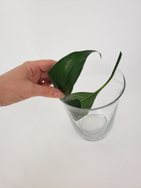 Place the leaf so that it kicks against both sides of the vase