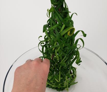 Weave a grass Christmas tree